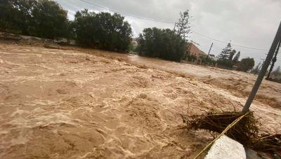 Προβλήματα από τη βροχόπτωση στα Χανιά-Απεγκλωβισμός οδηγού