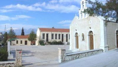 Κορωνοϊός: Συγκλονίζουν οι εικόνες από το χωριό της Μεσαράς που κηδεύτηκε η 59χρονη (φωτογραφίες)