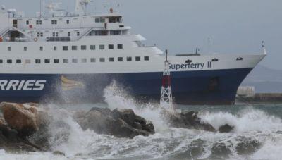 Θυελλώδεις άνεμοι στο Αιγαίο- Δεμένα τα πλοία στα λιμάνια