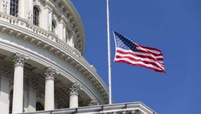 Μεσίστιες οι σημαίες στις ΗΠΑ για τους 500.000 νεκρούς της πανδημίας