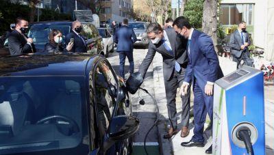 Με ηλεκτρικό αυτοκίνητο στο Υπουργείο Περιβάλλοντος ο Πρωθυπουργός