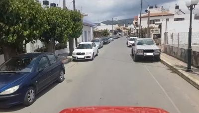 Η κωμόπολη του Δ. Μινώα Πεδιάδας με το... μποτιλιάρισμα από τα διπλοπαρκαρισμένα! (βίντεο)