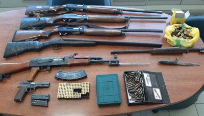Μεσαρά: Η αστυνομική έφοδος αποκάλυψε καλάσνικοφ, καραμπίνες και ξιφολόγχες- Δύο συλλήψεις