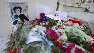 Μίκης Θεοδωράκης: Σε λαϊκό προσκύνημα η σορός του - Πολίτες συγκεντρώνονται στη Μητρόπολη