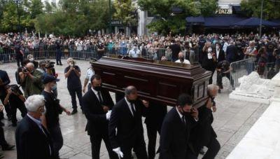 Συγκλονιστική η Τελετή Αποχαιρετισμού στον Μίκη- Το τελευταίο ταξίδι στην Κρήτη (βίντεο)