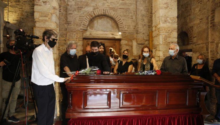 Ολοκληρώνεται το λαϊκό προσκύνημα για το Μίκη Θεοδωράκη-Το απόγευμα το τελευταίο ταξίδι του για Κρήτη