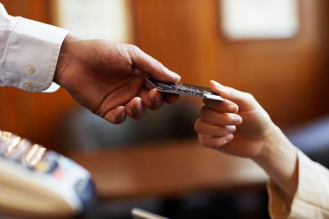 Επιδόματα: Στο τραπέζι η πληρωμή τους με προπληρωμένες κάρτες