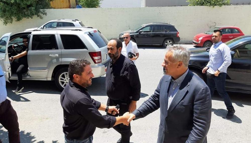 Θεμα newshub.gr: Ο Υπουργός που δίνει το χέρι του στον Κρητικό αμπελουργό!