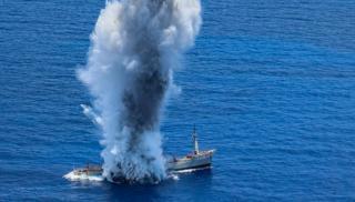 Βύθιση πλοίου από τορπίλη υποβρυχίου -Επίδειξη δύναμης πυρός από το Πολεμικό Ναυτικό (βίντεο)