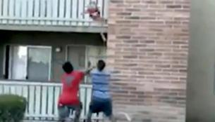 Ηρωας πρώην πεζοναύτης έπιασε με βουτιά 3χρονο παιδί που πέταξε η μητέρα του από φλεγόμενο κτίριο (βίντεο)
