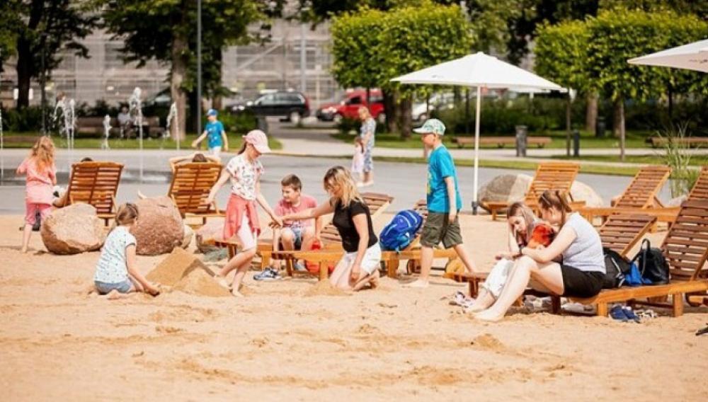 Η κεντρική πλατεία που μετατράπηκε σε... παραλία