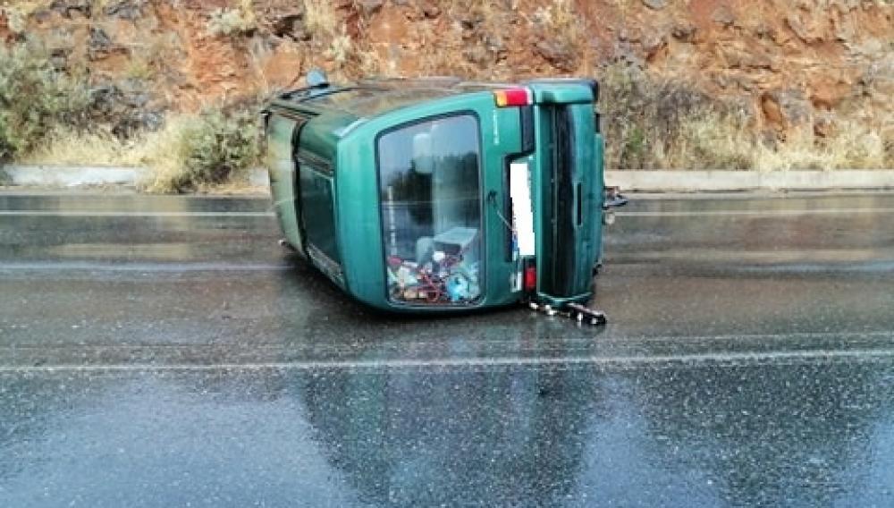 Θέμα newshub.gr: Η βροχή έφερε... τούμπα το αυτοκίνητο (φωτογραφίες)