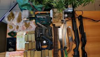 Ηράκλειο: Πιστόλια, λεφτά, ναρκωτικά, σπαθιά και...βαλίστρες - Νέα επιχείρηση της ΕΛ.ΑΣ. (φωτογραφίες)