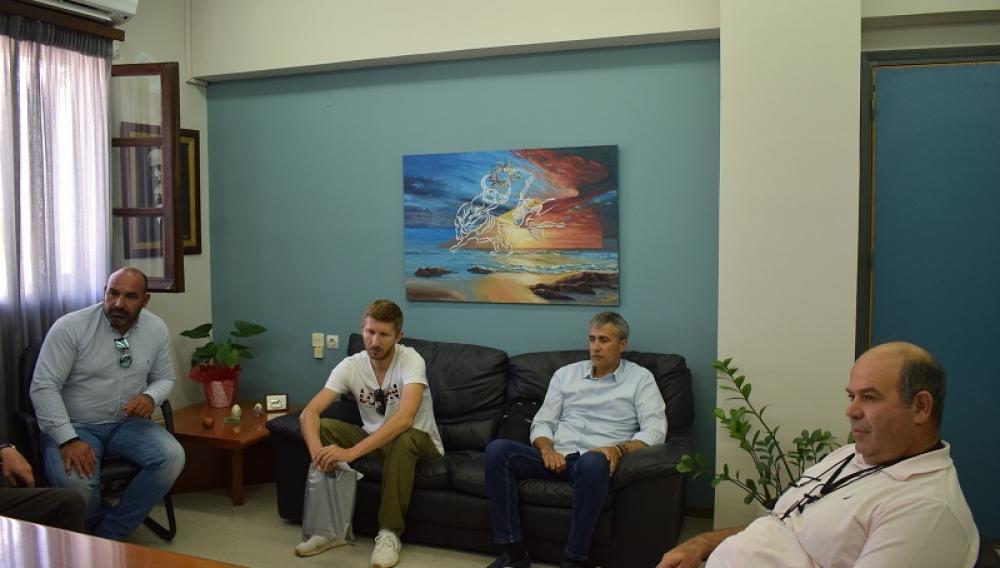 Οι ιδιοκτήτες ΤΑΧΙ συναντήθηκαν με τον Δήμαρχο Αγίου Νικολάου