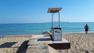 Δημοτική Ακτή Καρτερού: Σε λειτουργία η ράμπα πρόσβασης στη θάλασσα για τα άτομα με κινητικά προβλήματα