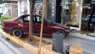 Η τρελή πορεία της BMW που κατέληξε πάνω στο πεζοδρόμιο...