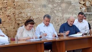Μπαράζ...υπογραφών από την Υπουργό στην Κρήτη