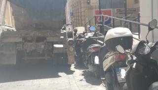 Ηράκλειο: Τα φορτηγά ανεβαίνουν στο πεζοδρόμιο για να διασχίσουν το δρόμο! (φωτογραφίες)