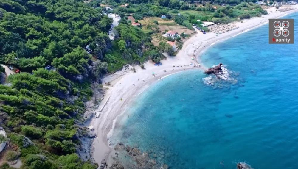 Η πανέμορφη παραλία με το κατάφυτο φαράγγι και τους καταρράκτες