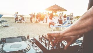 Ηράκλειο: Beach party στον Καρτερό έφερε πρόστιμο και...σύλληψη
