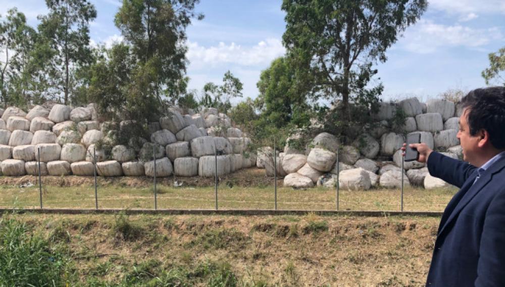 «Υγειονομική βόμβα» με 100.000 δεματοποιημένα απορρίμματα δίπλα στον ποταμό