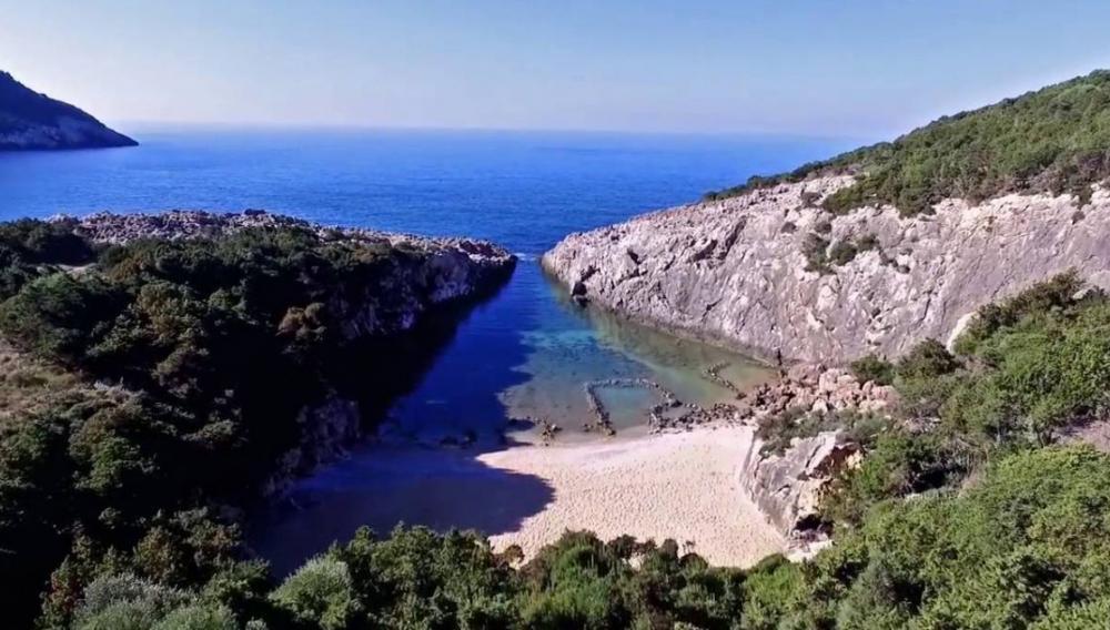 Γλώσσα: Η ομορφότερη φυσική πισίνα της Μεσογείου από ψηλά (βίντεο)