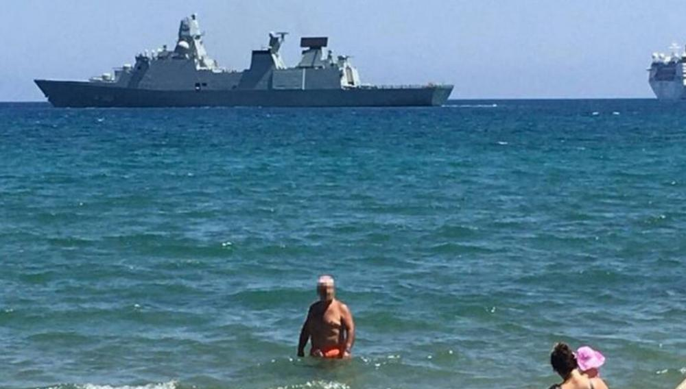 Κρήτη: Φρεγάτα, κρουαζιερόπλοιο και λουόμενοι… (φωτογραφίες)