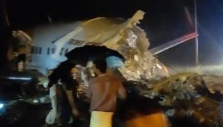 Συντριβή αεροσκάφους με 191 επιβάτες σε αεροδρόμιο στην Ινδία -14 νεκροί