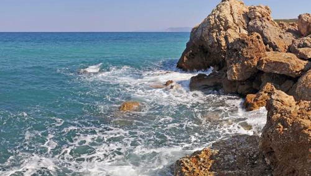Ηράκλειο: Γυναίκα έπεσε στα βράχια σε παραλία της Χερσονήσου