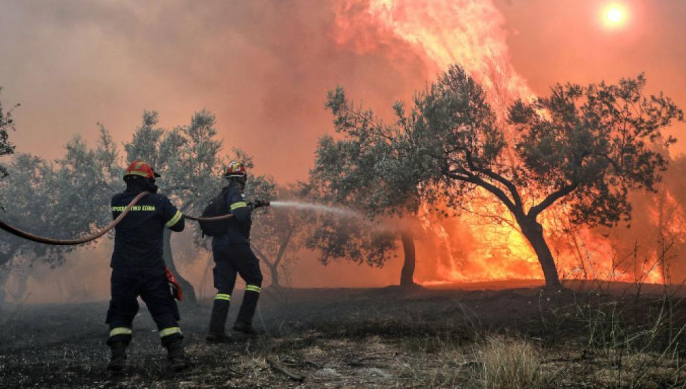 Μαίνεται η φωτιά στις Κεχριές Κορινθίας...