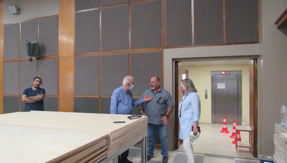 Ο Δήμαρχος Ηρακλείου Β. Λαμπρινός παρακολουθεί την εξέλιξη της ανακαίνισης της αίθουσας «Μ. Καρέλλη»