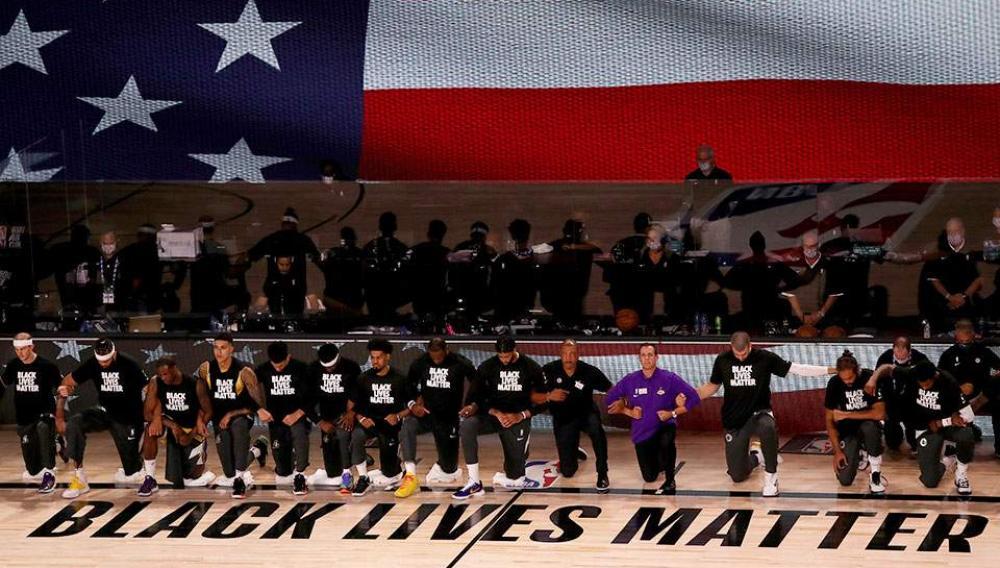 NBA: Γονάτισαν σε ένδειξη διαμαρτυρίας εναντίον του ρατσισμού και της αστυνομικής βίας