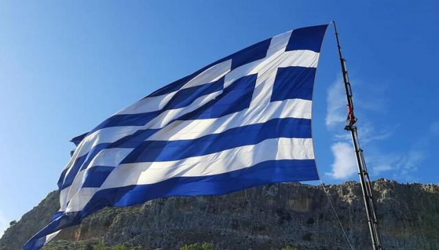 Οι Κρητικοί υψώνουν τεράστιες σημαίες της Ελλάδας! (φωτογραφίες + βίντεο)
