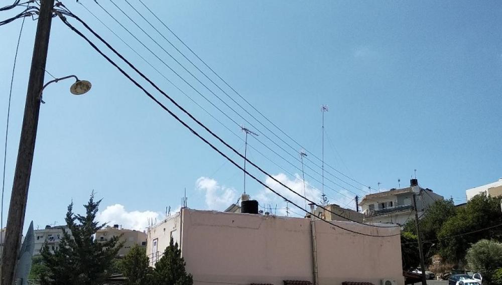 Ενας επικίνδυνος στύλος σε γειτονιά του Ηρακλείου προκάλεσε ανησυχία! (φωτογραφίες)