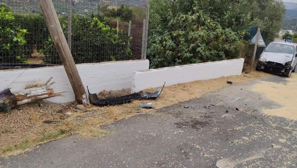 Τροχαίο ατύχημα στις Βουκολιές-  ΙΧ επεσε σε κολώνα της ΔΕΗ (φωτογραφίες)