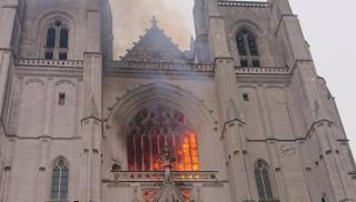 Στις φλόγες τυλίχθηκε ο καθεδρικός ναός της Νάντης  (φωτογραφίες και βίντεο)